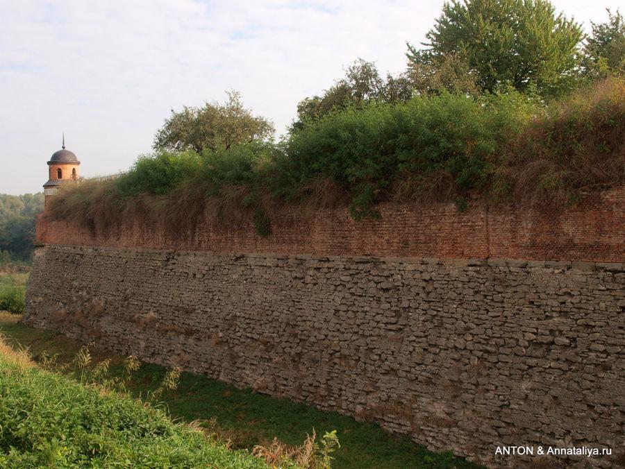 Стены и башни Дубненского замка.