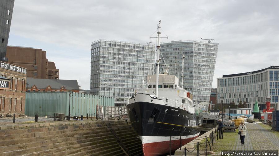 Корабль в доке у входа в морской музей.