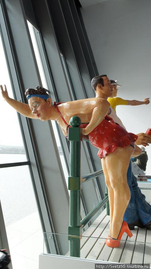 Прикольный скульптуры в фойе.
