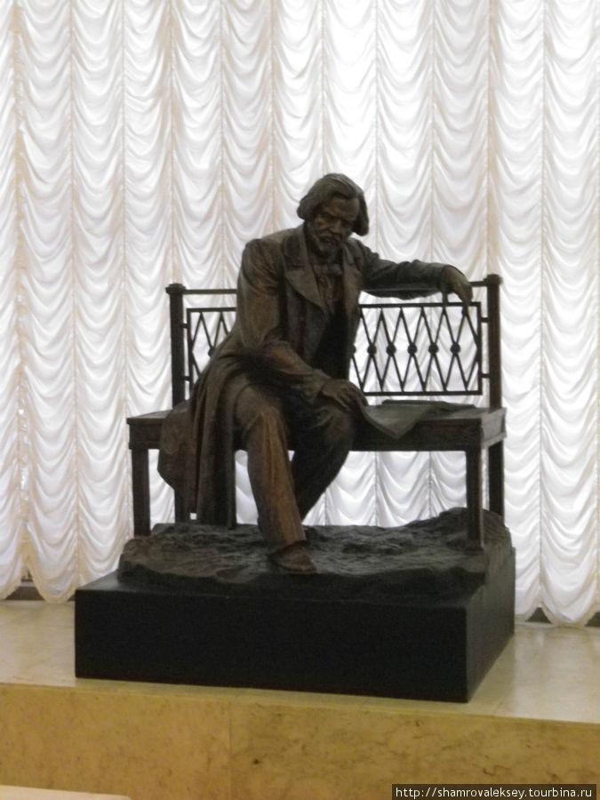 Скульптура композитора встречает слушателей на входе