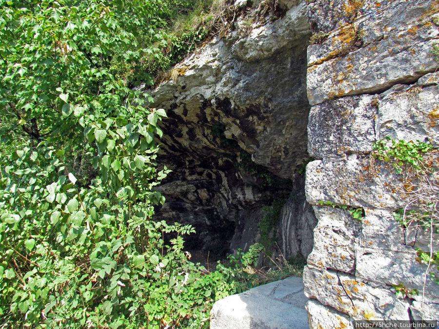 естественные полупещеры — соблазн использовать по нужде