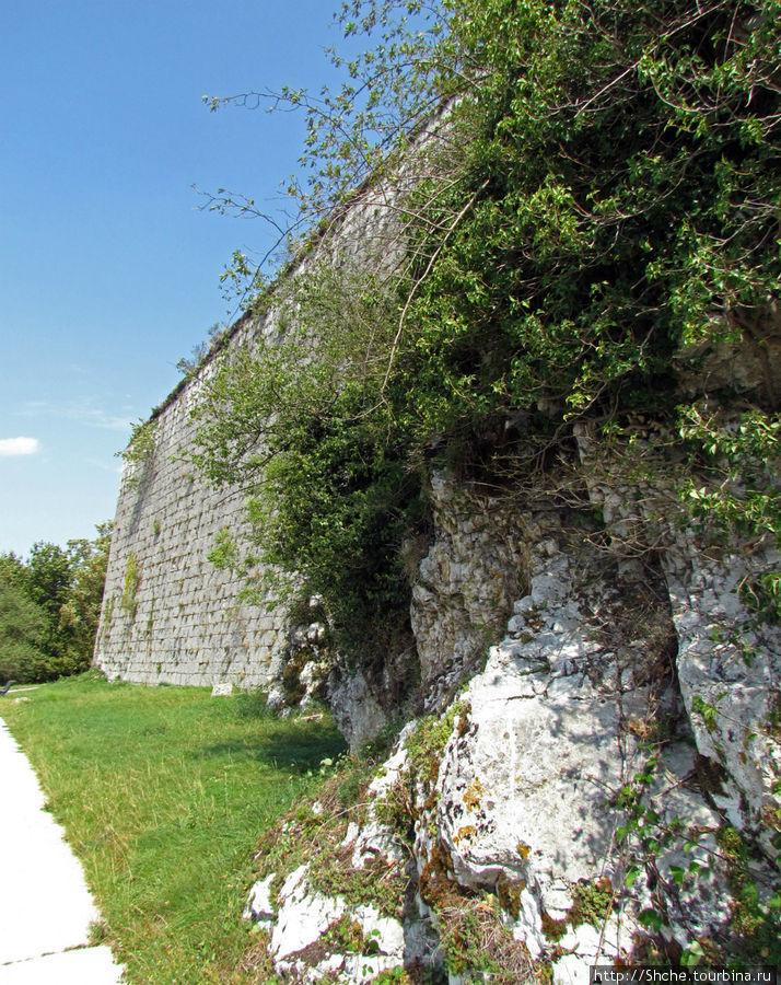 вышли к завершению пути, за стеной налево и уже центральный вход