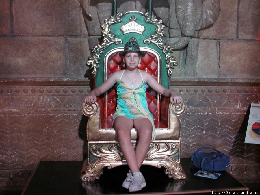 Дианка на троне царя Соломона в свеже купленной модной шляпе.