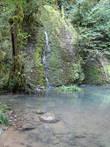 А вот этот ручеек и есть первый водопадик. И красивое озерцо, рядом родничок, воду снова пили, она везде тут ледяная и вкусная...