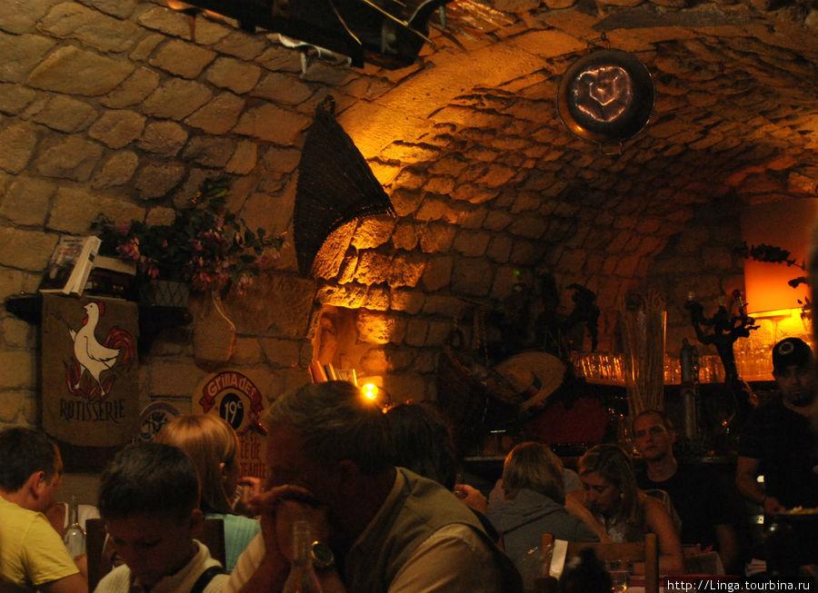 Интерьеры внутренних залов оформлены в духе охотничьего погребка.