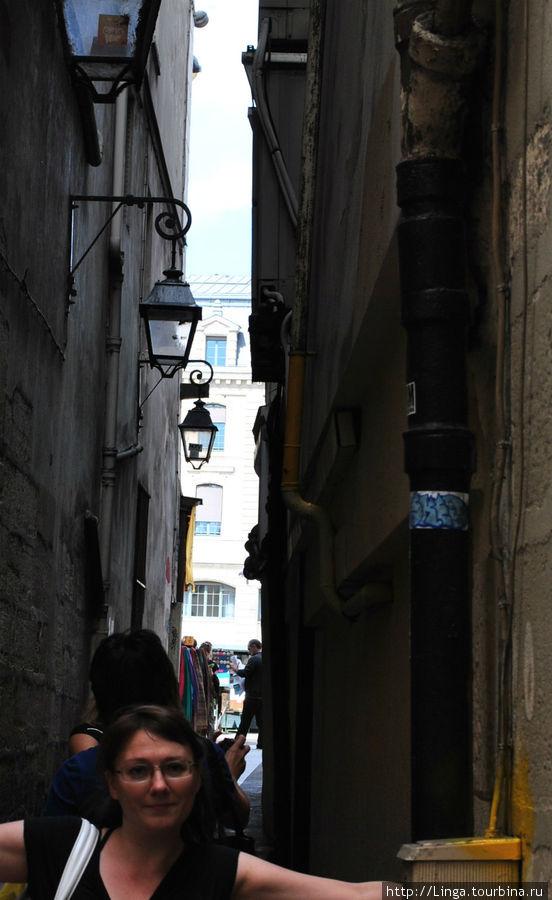 От улицы Юшет к набережной Сен-Мишель можно выйти по одной из перпендикулярных ей улочек. Например, по этой, самой узкой улице Парижа, rue Chat qui peche — в переводе улица