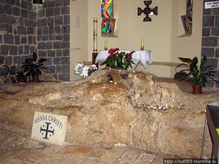 Камень в Церкви Петра, на котором Иисус беседовал со своими учениками Израиль