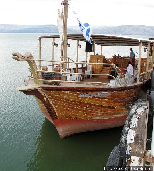 Прогулочная лодка на Гали