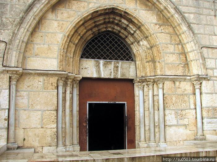 Вход в храм Успения Богор