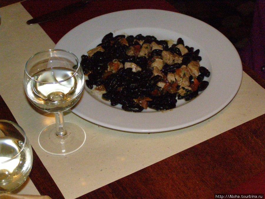 Домашние orecchiette с чернилами каракатицы, рыбно-томатный соус