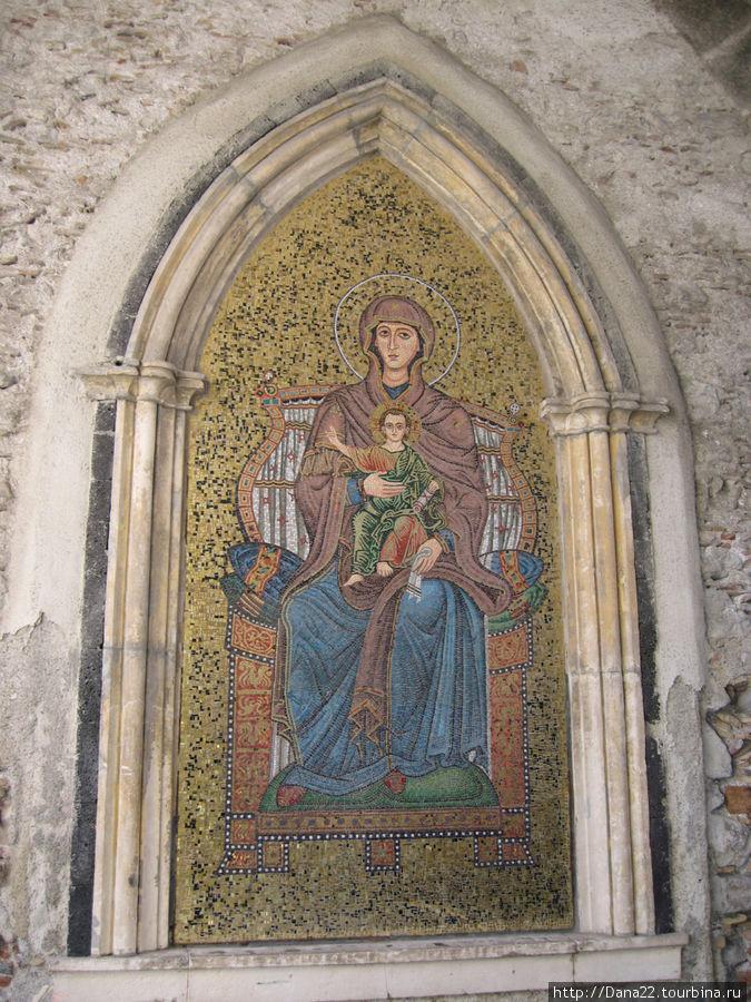 Православная икона внутри арки.