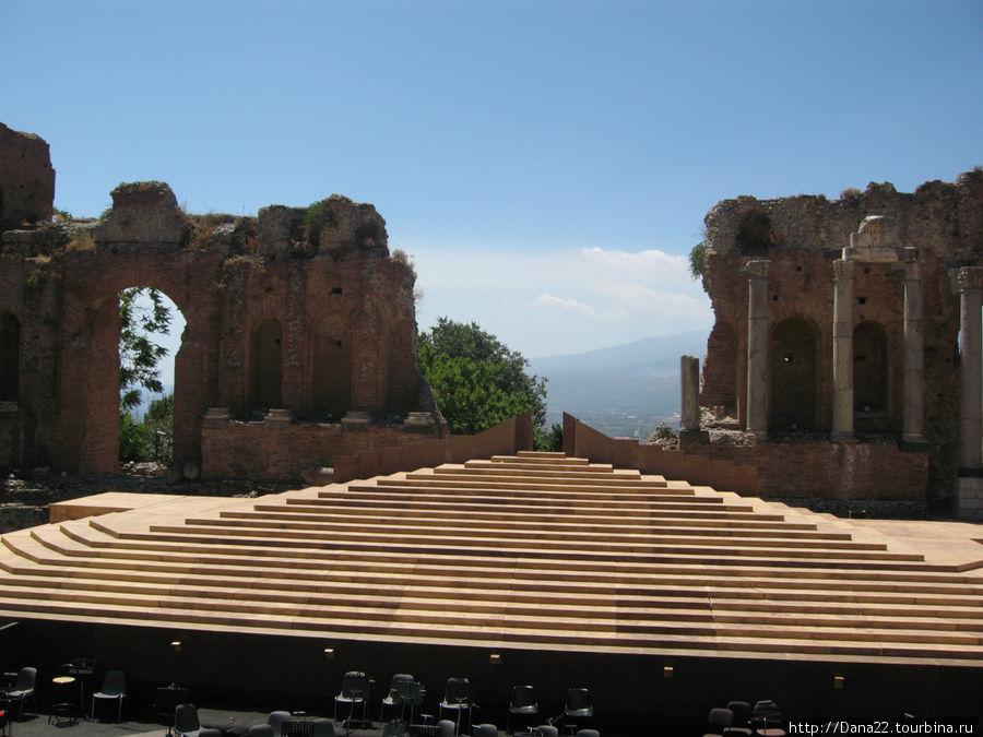 Древний театр. Строился греками, перестраивался римлянами.