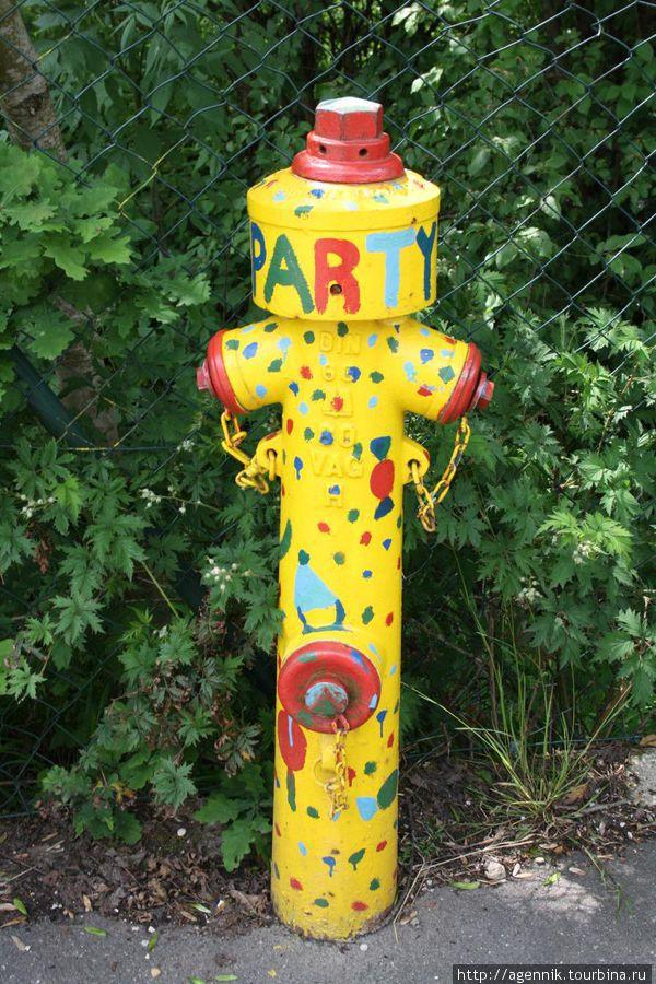 Колонка пожарного гидранта — здесь таких развеселых колонок много
