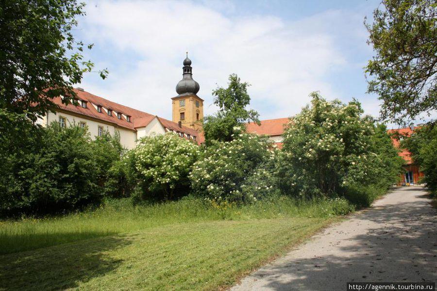 Монастырь — вид на южные корпуса