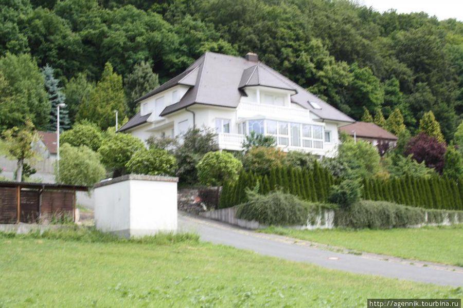 Фермерский домик у холма