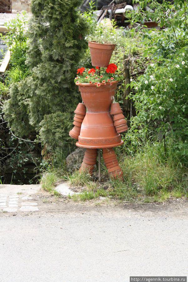 Цветочные горшки человечки из горшков и пробок своими руками на улице 81