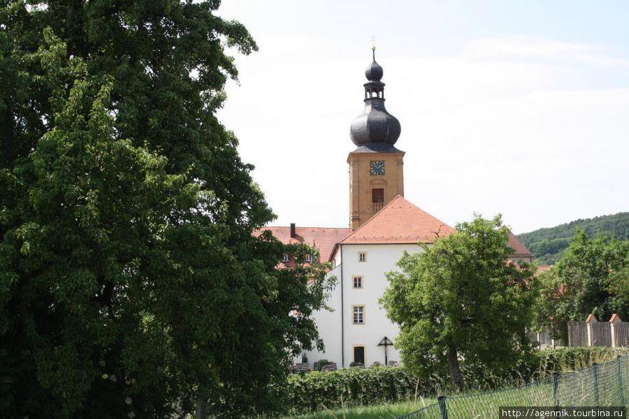 Монастырь со стороны кладбища
