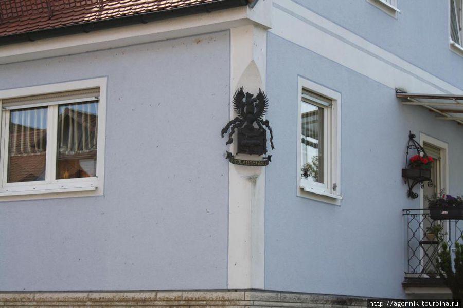 Забавный барельеф на углу дома