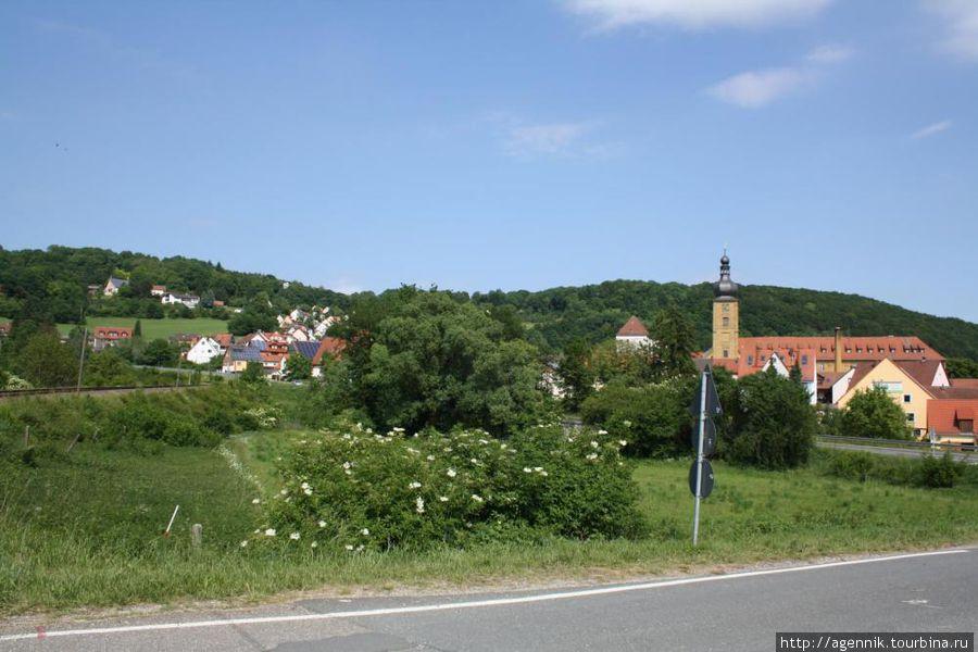 Вид на монастырь с дороги