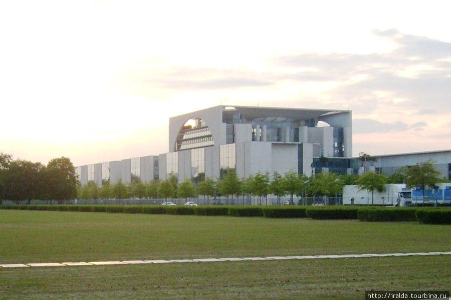 Здание, где работает канцлер Германии