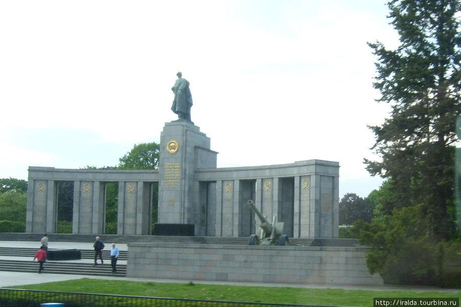 В одном из парков английского сектора установлен памятник русскому солдату