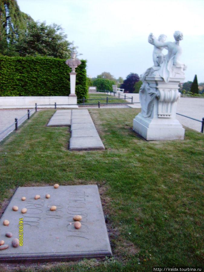 Могила Фридриха Великого —  всегда лежат свежие цветы и клубни картофеля: ведь именно он ввел в Германию картошку!