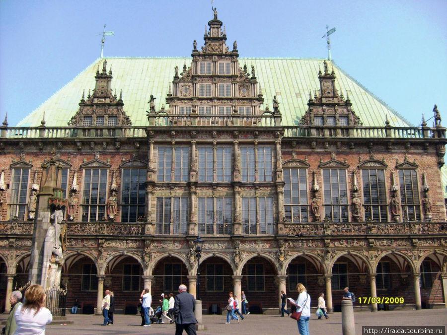 Рыночная площадь (Der Marktplatz) слывет одной из самых красивых площадей Европы благодаря окружающим ее многочисленным прекрасным историческим зданиям, самым красивым из которых, без сомнения, является здание Ратуши