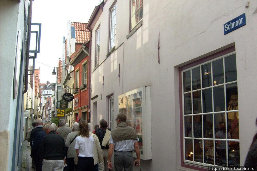 Schnoorviertel (квартал Шнор).  Старинный квартал Бремена, некогда заселенный рыбаками с узенькими улочками (местами их ширина составляет менее 1 метра), и крохотными домиками 15-16 веков, в которых до сих пор живут люди