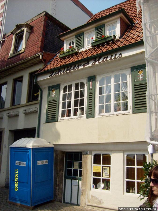 В квартале Шнор расположен самый маленький в мире отель Hochzeitshaus, в котором останавливаются молодожены