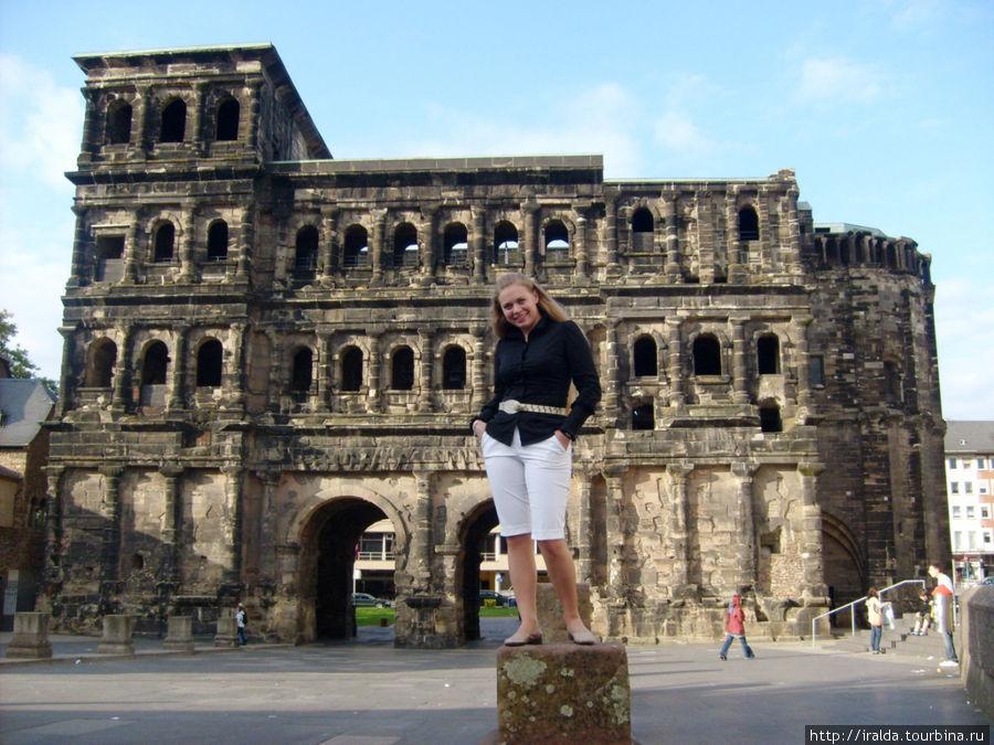 Легендарные Черные ворота (Porta Negra), чьи некогда светлые камни потемнели от ветров и непогоды, высятся как последнее из четырех укреплений защитного кольца города