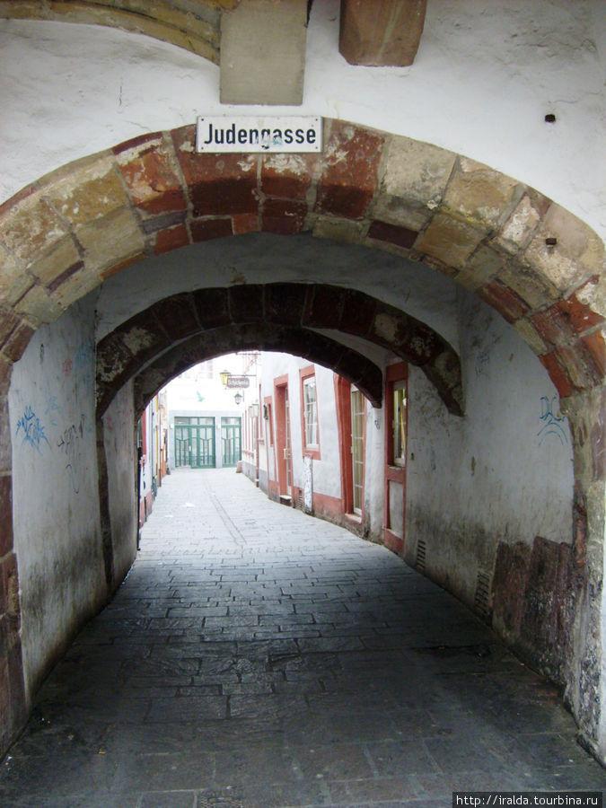 В 16 веке были выгнаны из города все евреи. Здесь находилось еврейское гетто – за тремя воротами