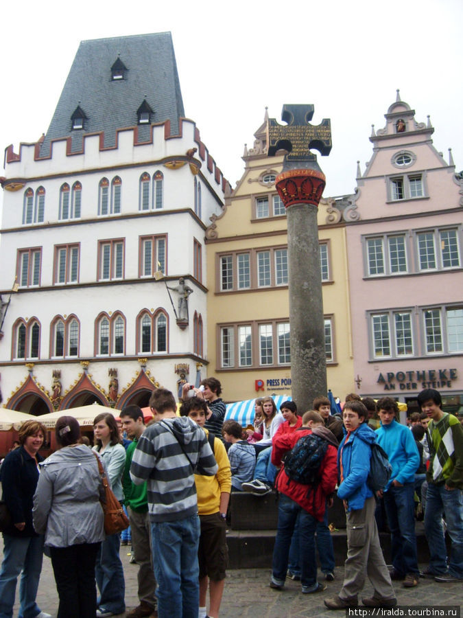Установленный крест на площади города определяет центр города, в котором с 9 века находилось все духовенство Германии во главе с епископом.