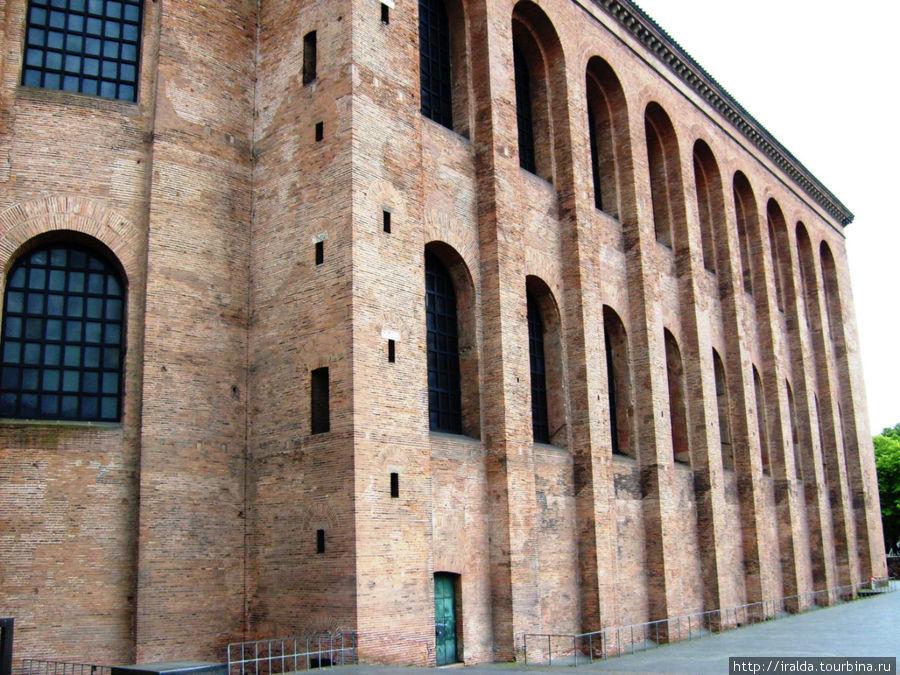 Возведенная Константином Великим в 310 году базилика из плоского кирпича даже сегодня, когда дворец полностью реконструирован заново, подкупает своей величественной и строгой простотой