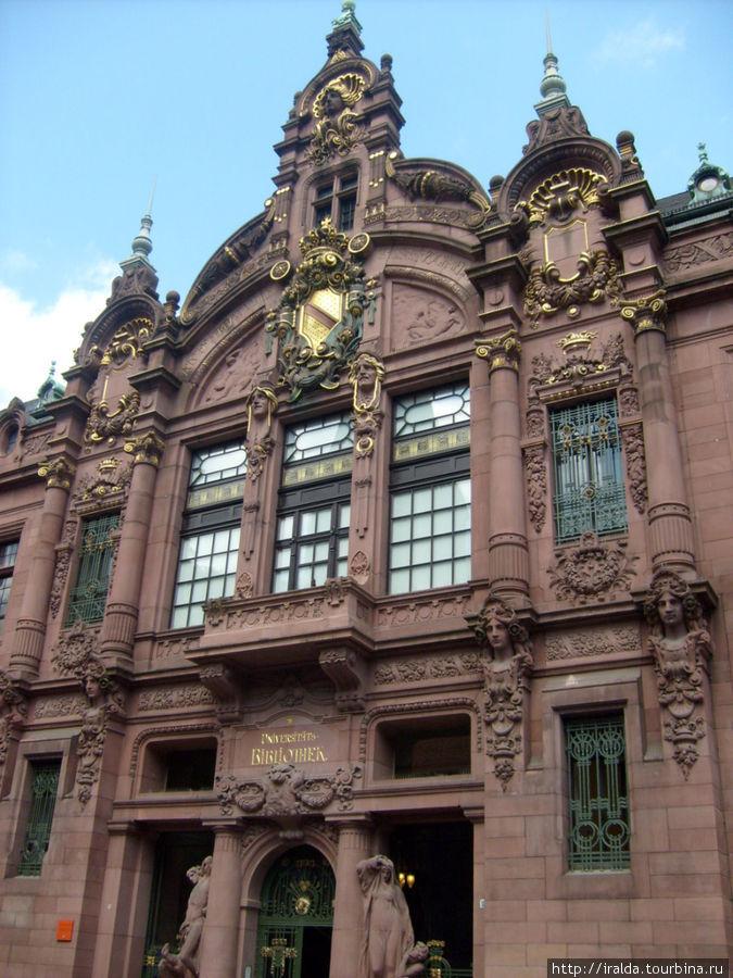 В старинном здании университетской библиотеке хранится библиотека палантина, насчитывающая около 800 экземпляров книг