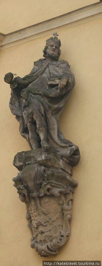 Барочная скульптура Карла IV на здании городской библиотеки