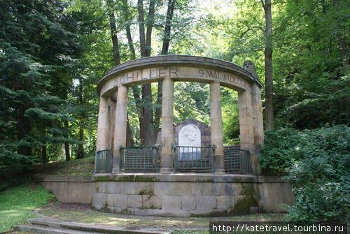 Каменный памятник Фридрих