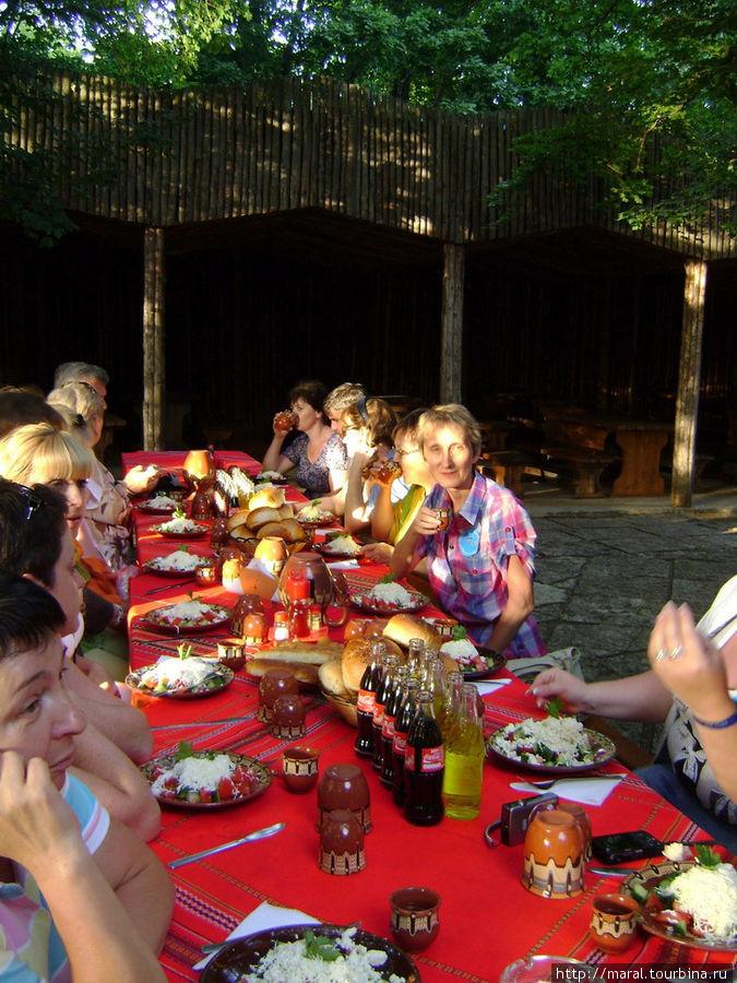 Взгляните, каким роскошным получается стол, устланный красными национальными скатертями