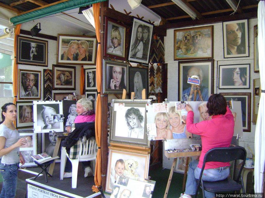 Интересным подарком вам и вашим близким будет индивидуальный или коллективный портрет, который нарисует художник или художница, коих много на улице художников, которая проходит в центральной части курорта.