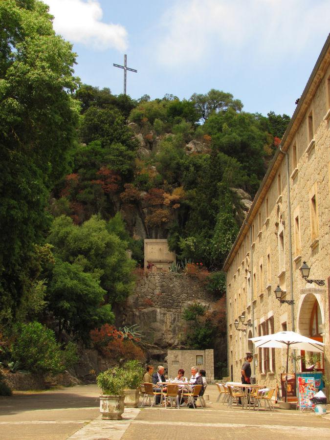 Возле креста на скале отличная панорамная площадка