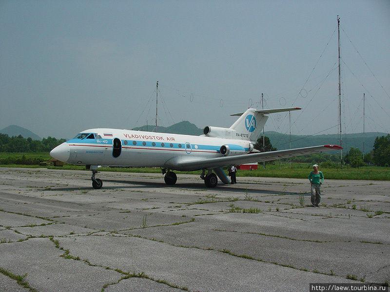 Остановка в Кавалерово. Имеется цивилизация в виде бетонной полосы. Пассажиры, как всегда, непринужденно прогуливаются вокруг самолета.