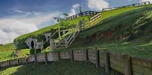 Хоббитон (Hobbit's holes) был построен на территории частной овцеводческой фермы в Новой Зеландии. Изначально декорации были построены для фильма «Властелин колец»-эпизод