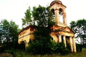 Церковь Ильи Пророка. Стиль — русский ампир, или русский классицизм. Развалины, на которых растут деревья. Правда, на окнах до сих пор в хорошем состоянии решетки. Единственное, что напоминает, что государство заботится об охране.
