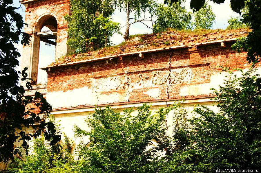 На стенах видны еще остатки барельефов.