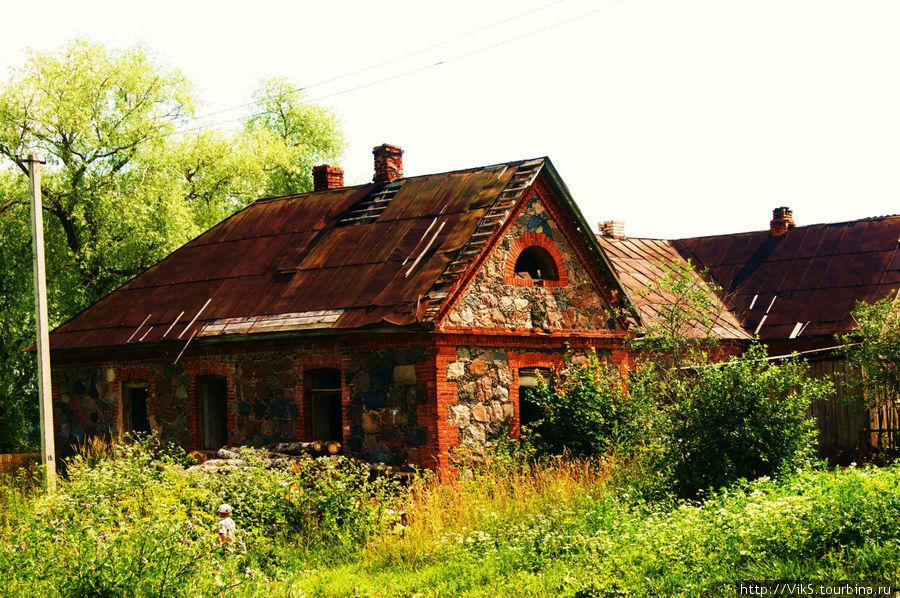 Псарня усадьбы. Пожалуй, единственное здание из всех хозяйственных построек, которое находится в более-менее приличном состоянии.