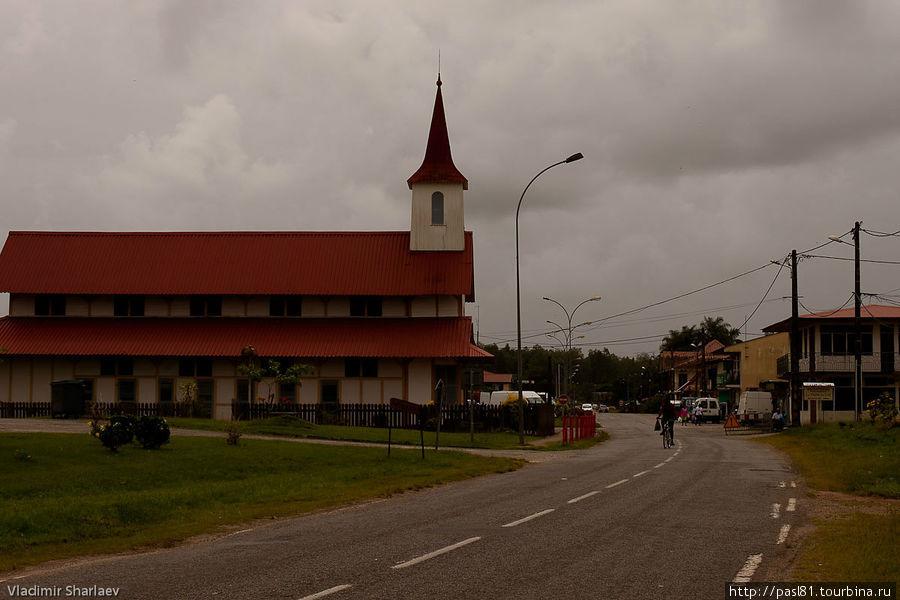 В этом городке (а они встречаются довольно редко), выборочно проверяют наличие въездных штампов — первое место, где может попасться недобросовестный путешественник. Французская Гвиана