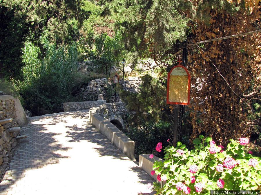 дорога в гору к старой церкви