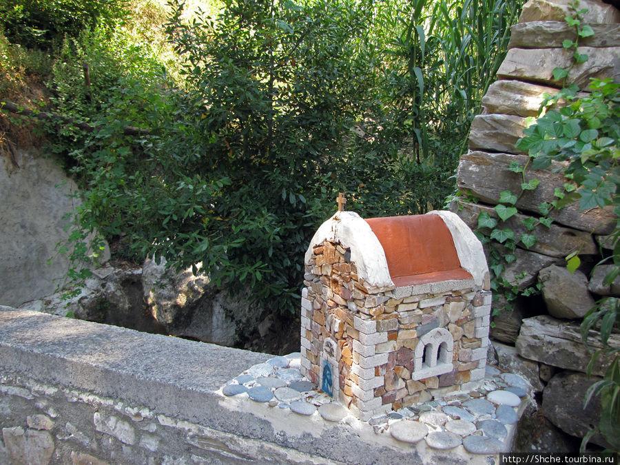 на парапете смастерили макет старой церкви, наверное это указатель границы территории