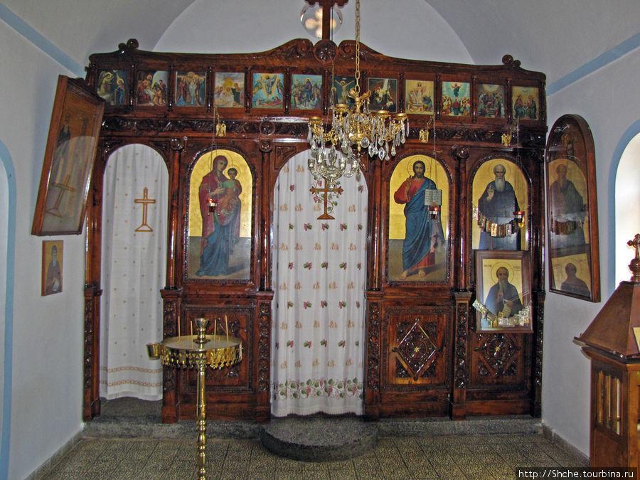 внутри первая комната, главный иконостас