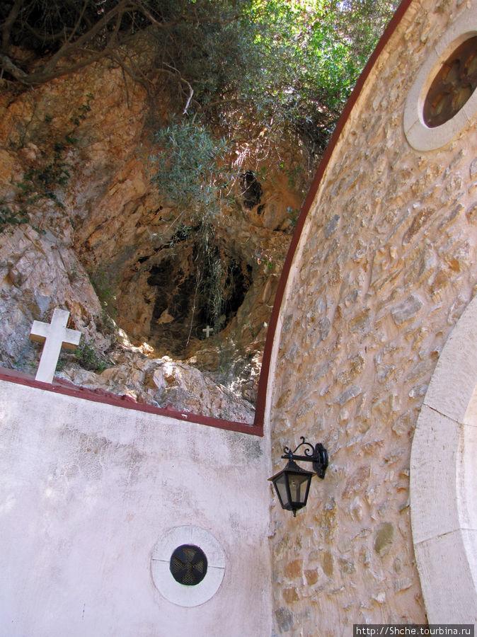 на горе видна старая пещера..
