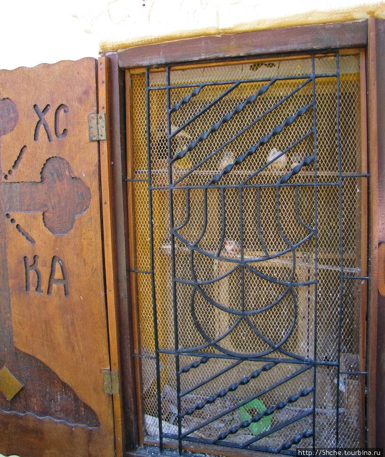 в окне одной из келий монах устроил клетку с птичками